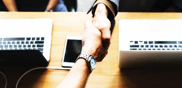 Händedruck zwischen Partnern